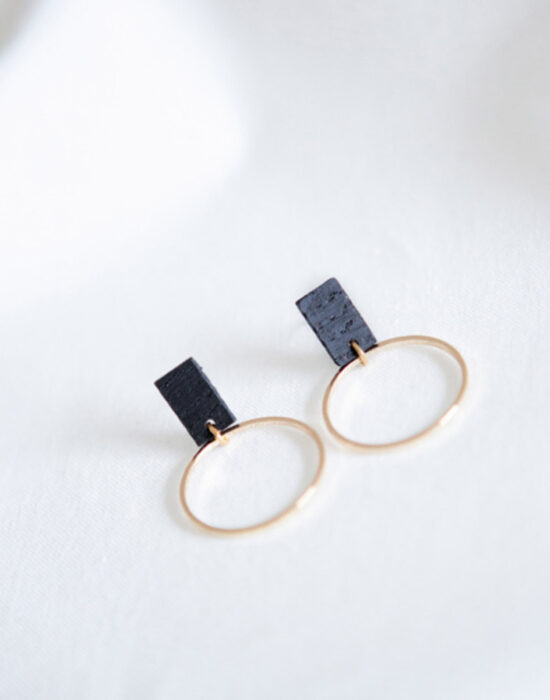 Studio NokNok: oorbellen zwart gouden cirkel